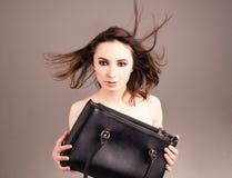Adatti la foto dello studio della donna nuda elegante con la borsa Fotografie Stock Libere da Diritti