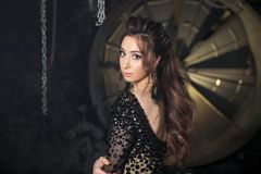 Adatti la foto dello studio della donna sensuale splendida di Latina con capelli scuri in vestito lussuoso con i cristalli di roc Fotografie Stock Libere da Diritti