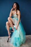Adatti la foto di bella signora in vestito da sera elegante Immagini Stock Libere da Diritti