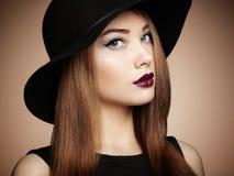 Adatti la foto di giovane donna magnifica in cappello Posizione della ragazza fotografie stock libere da diritti