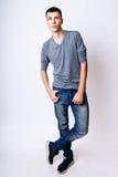 Adatti la foto di giovane uomo di modello su fondo bianco Posa del ragazzo Foto dello studio fotografie stock