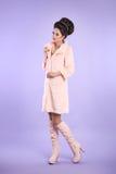 Adatti la foto di signora alla moda in cappotto rosa con capelli eleganti Immagine Stock