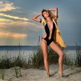 Adatti la foto di stile di vita dell'estate della giovane donna sexy con il corpo perfetto abbronzato che porta il costume da bag Fotografia Stock Libera da Diritti
