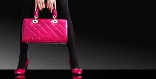 Adatti la foto, piedini sexy della donna con la borsa immagine stock libera da diritti