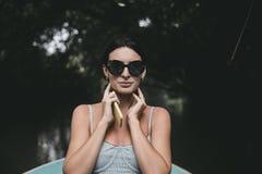 Adatti la posa femminile in vestito alla moda sul balcone fotografia stock