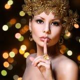 Adatti la ragazza con i gioielli dell'oro sopra il fondo del bokeh. Bellezza immagini stock