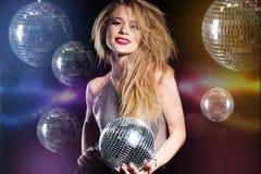 Adatti la ragazza con la palla della discoteca sopra fondo nero Immagine Stock Libera da Diritti