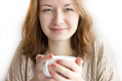 Adatti la ragazza con la tazza in mani isolate su fondo bianco Fotografia Stock Libera da Diritti
