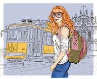 Adatti la ragazza ed il vecchio tram, scena urbana Fotografie Stock