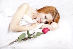 Adatti la ragazza red-haired con è aumentato nella camera da letto. Fotografie Stock Libere da Diritti