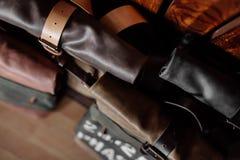 Adatti le borse di cuoio con le cinghie vicino alla parete Fotografia Stock Libera da Diritti