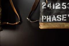 Adatti le borse di cuoio con le cinghie vicino alla parete Fotografia Stock