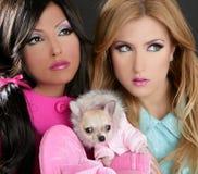 Adatti le donne della bambola con gli anni 80 di colore rosa del cane della chihuahua fotografia stock