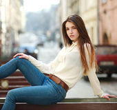 Adatti a ritratto la ragazza urbana alla moda che posa la vecchia via della città Fotografia Stock Libera da Diritti