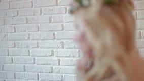 Adatti a tiro di foto la posa di modello femminile, modello femminile bello archivi video