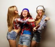 Adatti un ritratto di un migliore amico sexy alla moda di tre ragazze dei pantaloni a vita bassa Fotografia Stock