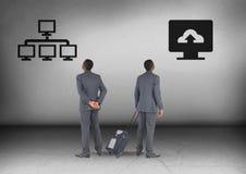 ADB-system- eller datormolnlagring laddar upp med affärsmannen som ser i motsatta riktningar Arkivfoton