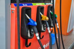 Add fuel oil to the car in the fuel pump with a dispenser.selec. T focus Stock Images