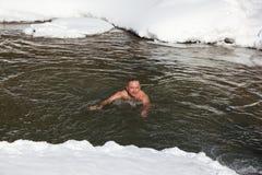 Addestramenti freddi, nuoto dell'uomo nel fiume di Belokurikha Marzo su occors, 11, 2017 nel territorio di Altai, città di Belkur fotografie stock