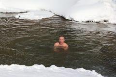 Addestramenti freddi, nuoto dell'uomo nel fiume di Belokurikha Marzo su occors, 11, 2017 nel territorio di Altai, città di Belkur immagini stock