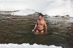 Addestramenti freddi, nuoto dell'uomo nel fiume di Belokurikha Marzo su occors, 11, 2017 nel territorio di Altai, città di Belkur fotografia stock