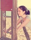 Addestramento adatto della ragazza sulla spiaggia dal mare Immagine Stock Libera da Diritti