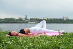 Addestramento adatto della via di esercizio di pratica della donna all'aperto Fotografia Stock