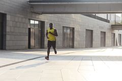 Addestramento afroamericano del corridore di energia e pareggiare un giorno di estate Fotografie Stock Libere da Diritti