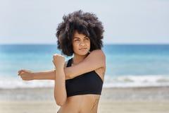 Addestramento afroamericano sicuro della sportiva sulla spiaggia Immagini Stock