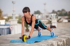 Addestramento all'aperto della donna, allenamento Sport l sana di concetto Fotografia Stock