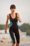 Addestramento all'aperto della donna, allenamento Stile di vita sano di sport di concetto Fotografie Stock Libere da Diritti