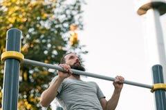 Addestramento all'aperto statico di forza muscolare di esercizio immagini stock