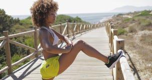Addestramento allegro della ragazza sul pilastro tropicale Fotografie Stock