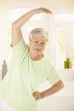Addestramento anziano sano della donna nel paese Immagine Stock Libera da Diritti