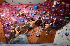 Addestramento atletico dell'uomo in una palestra rampicante, bouldering Lavoro dell'interno Fotografia Stock Libera da Diritti