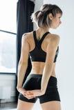 Addestramento atletico della giovane donna e armi di allungamento Fotografia Stock