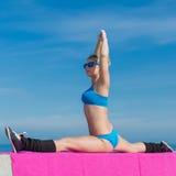 Addestramento atletico della ragazza sull'aria aperta Fotografie Stock
