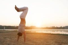 Addestramento atletico di allenamento dell'esecutore di capoeira sui sunris della spiaggia Immagini Stock Libere da Diritti
