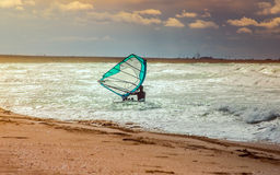 Addestramento attivo del Windsurfer di svago dell'acqua di navigazione di sport di windsurf del mare Immagine Stock