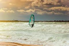 Addestramento attivo del Windsurfer di svago dell'acqua di navigazione di sport di windsurf del mare Fotografie Stock