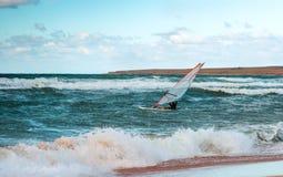 Addestramento attivo del Windsurfer di svago dell'acqua di navigazione di sport di windsurf del mare Immagini Stock