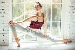 Addestramento attraente piacevole della donna vicino alla finestra Fotografia Stock Libera da Diritti