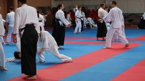 Addestramento dei combattenti di aikidi stock footage
