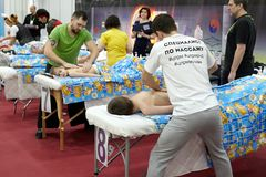 Addestramento dei massaggiatori di massaggio per il massaggio del ` s dei bambini Fotografia Stock