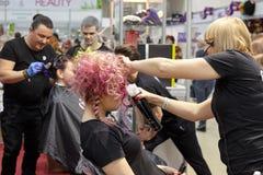 Addestramento dei parrucchieri per creare hairstyl creativo variopinto fotografia stock libera da diritti