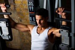 Addestramento del Bodybuilder sul flye del PEC fotografia stock libera da diritti