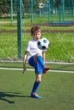 Addestramento del giocatore di football americano del ragazzo con la palla su prato inglese verde Immagine Stock Libera da Diritti