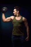 Addestramento del giovane del muscolo con la testa di legno Fotografia Stock