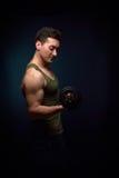 Addestramento del giovane del muscolo con la testa di legno Fotografie Stock