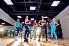 Addestramento del gruppo delle ragazze nella palestra Immagini Stock